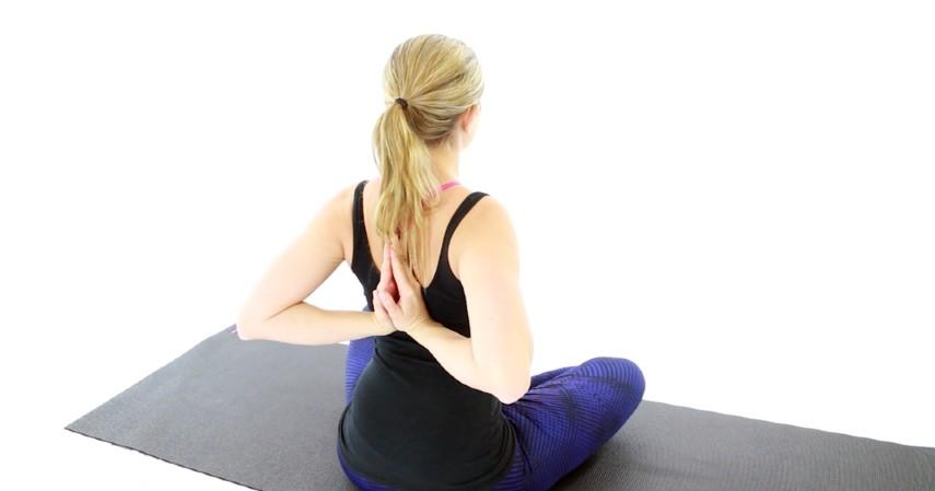 Gerakan olahraga yang dapat memperbesar payudara - Prayer Pose