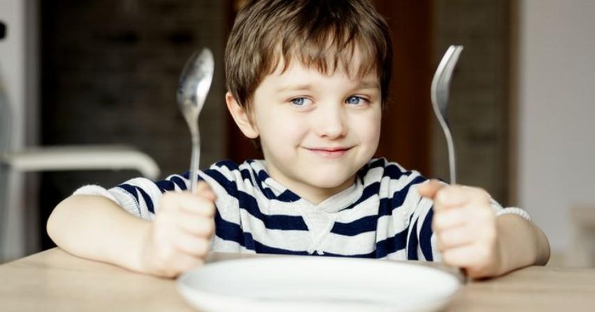 Etika Berbicara saat Makan - Tidak memainkan peralatan makanan saat berbicara