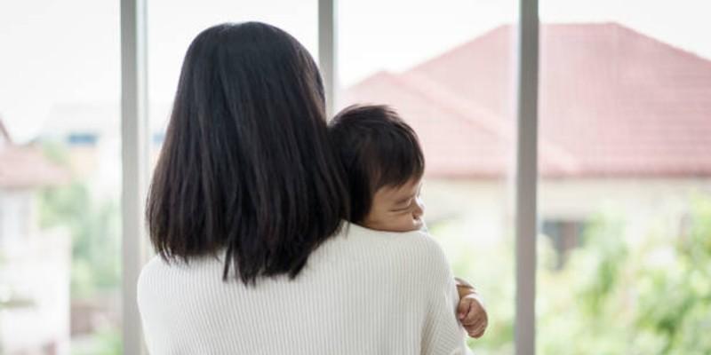 cara mengeluarkan dahak pada bayi - menepuk punggung bayi