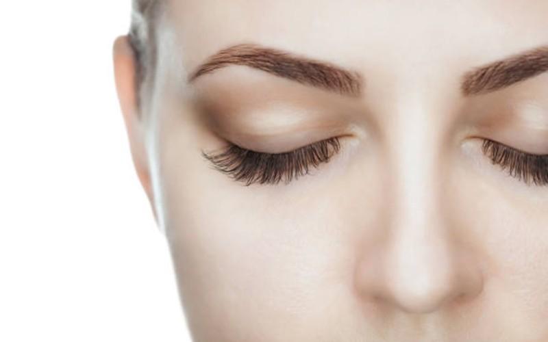 manfaat air mawar - mencerahkan kelopak mata